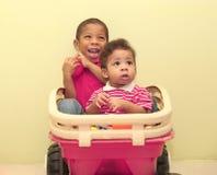 Porträt von zwei afrikanischen Jungen innerhalb eines Spielzeugs Fokus im vorderen b lizenzfreie stockbilder