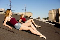 Porträt von zwei Ballerinen auf dem Dach Stockfotos