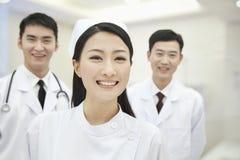 Porträt von zwei Doktoren und von Krankenschwester, lächelnd und glücklich, China Lizenzfreies Stockfoto