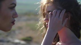 Porträt von zwei Frauen im Profil stock video