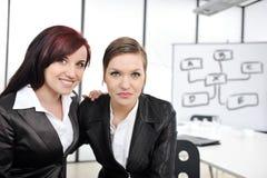 Porträt von zwei Geschäftsfrauen in der Geschäftsdarstellung lizenzfreie stockfotografie
