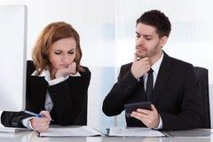 Porträt von zwei Geschäftskollegen im Büro Lizenzfreie Stockfotografie