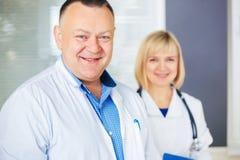 Porträt von zwei glücklichen reifen Doktoren stockbilder