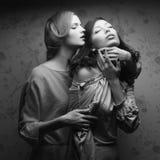 Porträt von zwei herrlichen Frauen (Freundinnen) Stockfotos