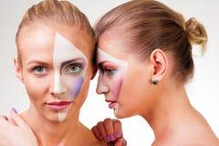 Porträt von zwei jungen Mädchen mit Farbe auf seinem Gesicht Stockbilder
