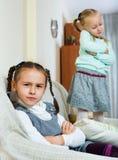 Porträt von zwei kleinen elenden Mädchen, die Konflikt haben stockbild