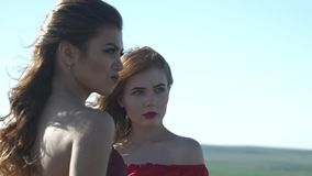 Porträt von zwei Konkurrenten, die in einer Richtung schauen stock video
