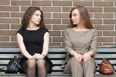 Porträt von zwei Konkurrentfrauen, die einander mit betrachten Stockfotografie