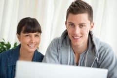 Porträt von zwei lächelnden Studenten, die zusammenarbeiten lizenzfreie stockfotografie