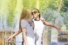 Porträt von zwei lustiges Jugend-Girfriends, das zusammen umfasst Lizenzfreie Stockfotos