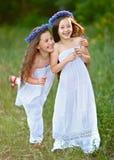 Porträt von zwei Mädchen im Wald Lizenzfreies Stockfoto