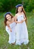 Porträt von zwei Mädchen im Wald Stockfotografie