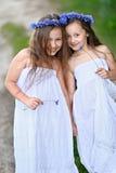 Porträt von zwei Mädchen im Wald Lizenzfreie Stockfotos