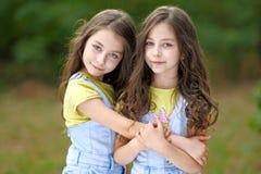 Porträt von zwei Mädchenzwillingen Lizenzfreie Stockfotos