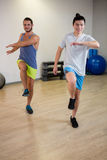 Porträt von zwei Männern, die Aerobic-Übung tun Lizenzfreie Stockfotos
