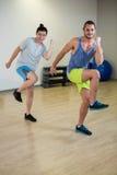 Porträt von zwei Männern, die Aerobic-Übung tun Lizenzfreies Stockfoto