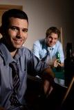 Porträt von zwei Männern am Snooker lizenzfreies stockbild