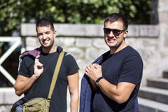 Porträt von zwei schönen jungen Männern, die auf der Straße lächeln Stockfoto