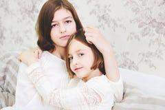 Porträt von zwei schönen kleinen Mädchen stockfotografie