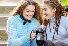 Porträt von zwei schönen Mädchen Stockfotografie