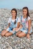 Porträt von zwei schönen Mädchenzwillingen stockfotografie