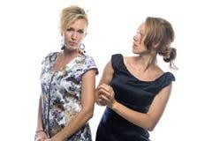Porträt von zwei Schwestern auf weißem Hintergrund Lizenzfreies Stockfoto