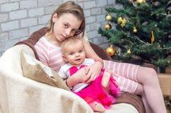 Porträt von zwei Schwestern auf Weihnachtsabend Stockfotografie