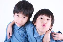 Porträt von zwei umarmenden Jungen, Zwillinge stockbilder