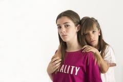Porträt von zwei 15 und 10-Jährigen Schwestern Stockfotografie