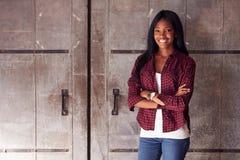 Porträt weiblichen Designer-Standing In Modern-Büros Stockbilder