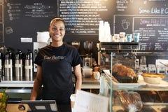 Porträt weiblicher Kaffeestube Barista Behind Counter In stockbilder