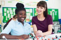 Porträt weiblicher Schüler-und Lehrer-Using Molecular Model-Ausrüstung I Lizenzfreie Stockfotografie