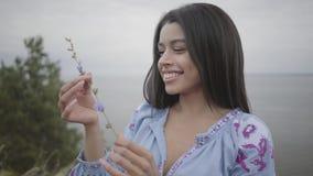 Porträt, welches das sorglose Afroamerikanermädchen trägt das lange Sommermodekleid genießt Stände auf dem Feld bezaubert freizei stock footage