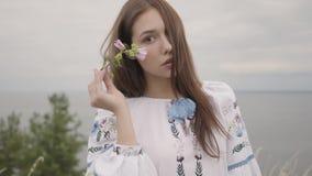 Porträt, welches das sorglose Mädchen trägt das lange Sommermodekleid betrachtet überzeugt dem Kameragenießen bezaubert Freizeit  stock footage