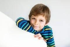Porträt wenigen netten Schulkinderjungen in der bunten Kleidung Lizenzfreie Stockfotografie