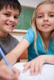 Porträt zwei Kinderdes schreibens Lizenzfreie Stockfotos