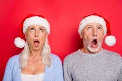 Porträt zwei netten entsetzten beeindruckten Leute grau-haarigen marrie stockfoto