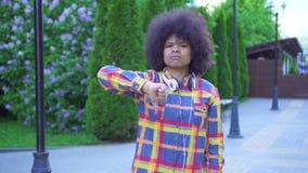 Porträtafroamerikanerfrau mit einer Afrofrisur mit dem Ablehnungsvertretungsdaumen unten stock video