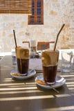 Porträtaufnahme des griechischen Bieres vor unscharfem natürlichem backgrou lizenzfreie stockbilder