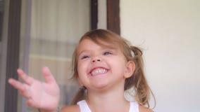 Porträtbaby lachend und gewundert stockbild