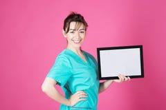 Porträtdoktor Cosmetologist, beautication, cosmetition auf rosa Hintergrund Mit leerem bord löschen Sie Plakette, Diplom Lizenzfreie Stockbilder