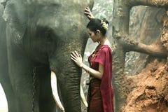 Porträtelefant mit Frau im Trachtenkleid Lizenzfreies Stockfoto