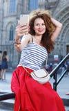Porträtfrau, die draußen auf die Stadtstraße geht Weiblicher Tourist, der draußen geht Stockfotografie