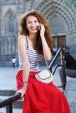 Porträtfrau, die draußen auf die Stadtstraße geht Weiblicher Tourist, der draußen geht Lizenzfreie Stockfotos