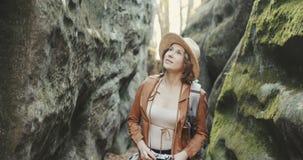 Porträtfrau, die Fotos mit Weinlesekamera macht Reisemädchenfrühling schöne attraktive Spaßphotographie stock video footage