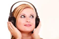 Porträtfrau, die Musik auf Kopfhörern hört Lizenzfreies Stockbild