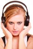 Porträtfrau, die Musik auf Kopfhörern hört Stockbild