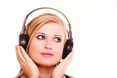 Porträtfrau, die Musik auf Kopfhörern hört Stockfotos