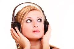 Porträtfrau, die Musik auf Kopfhörern hört Stockbilder