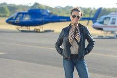 Porträtfrau am Hubschrauberlandeplatz Lizenzfreie Stockfotografie